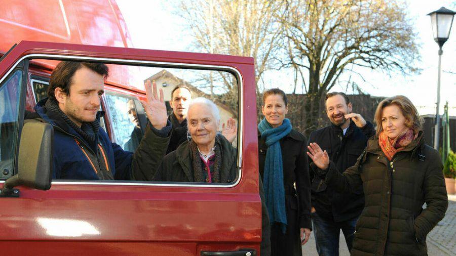 Florian nimmt endgültig Abschied von seinen Freunden und seiner Familie in Lansing (v.l.): Florian (Tommy Schwimmer), Mike (Harry Blank), Theresa (Ursula Erber), Annalena (Heidrun Gärtner), Gregor (Holger Matthias Wilhelm) und Veronika (Senta Auth). (ili/spot)