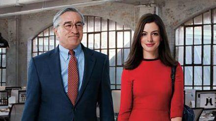 """""""Man lernt nie aus"""": Für Jules (Anne Hathaway) wird Ben (Robert De Niro) zu einem unverzichtbaren guten Freund (cg/spot)"""