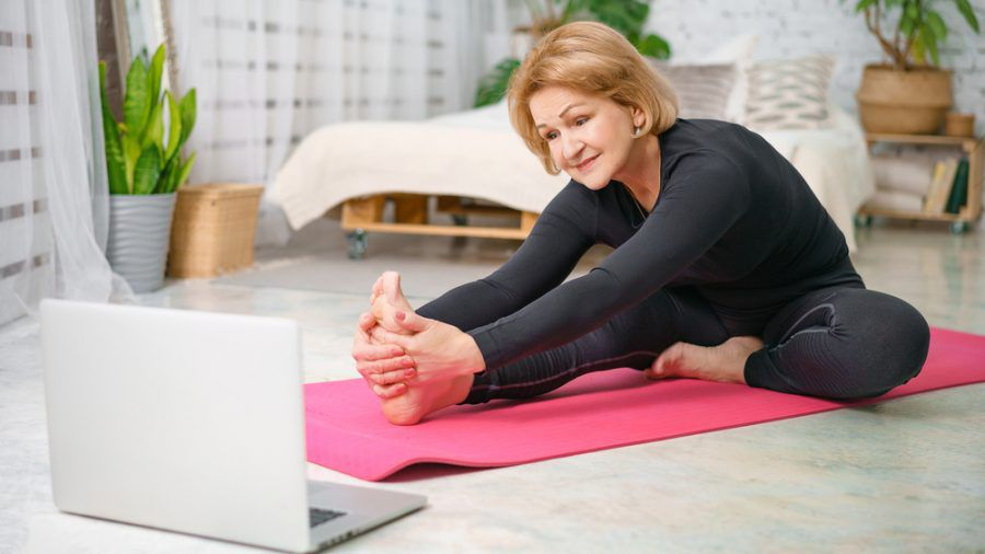 Während des Fastens sollte man auf leichte Sportübungen wie Yoga setzen. (eee/spot)