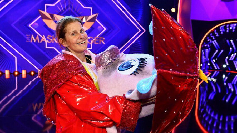 """Bei """"The Masked Singer"""" enthüllt: Unter dem Schwein verbarg sich Moderatorin Katrin Müller-Hohenstein. (ili/spot)"""