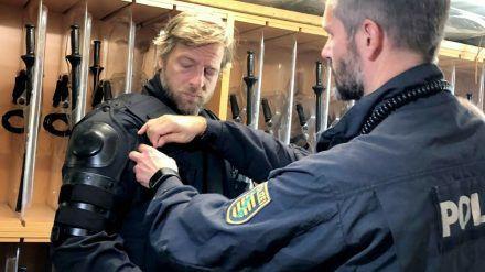 Henning Baum geht unter die echten Polizisten. (eee/spot)