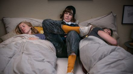 """The Mopes"": Monika (Nora Tschirner) zwischen Susa (Paula Kalenberg) und Mat (Roel Dirven) (ili/spot)"
