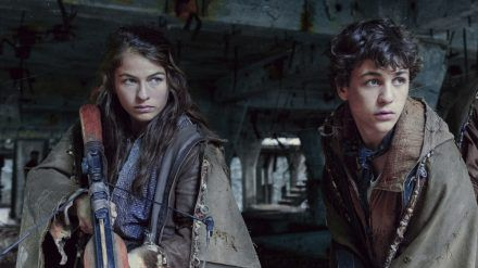 Liv (Henriette Confurius) und Elja (David Ali Rashed) werden beim Angriff der Crows voneinander getrennt. (stk/spot)