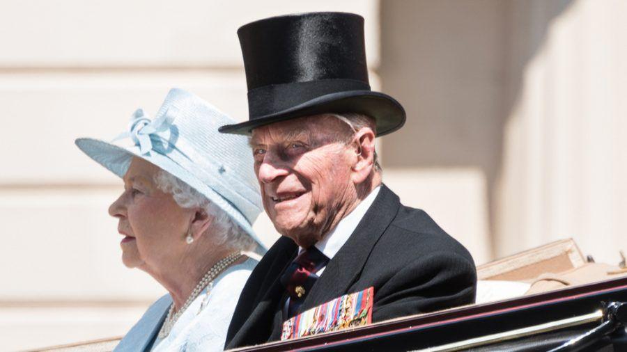 Prinz Philip bei einem öffentlichen Auftritt im Jahr 2017 - daneben seine Frau, Queen Elizabeth II. (ili/spot)