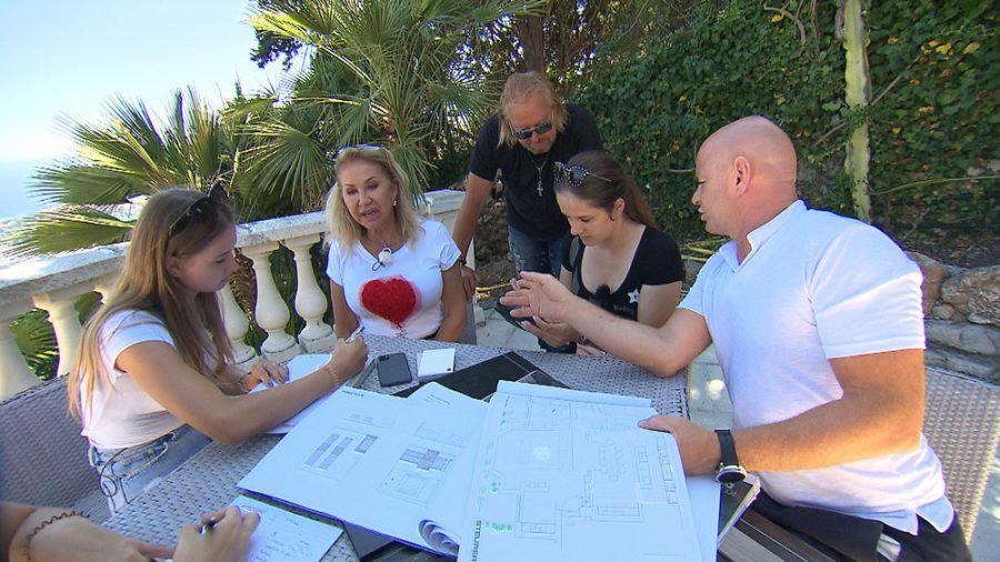 Kleinkrieg auf der Baustelle in Monaco: Shania (li.) und Davina (2.v.re.) sind sich uneinig, wer das schönere Zimmer bekommt (rto/spot)