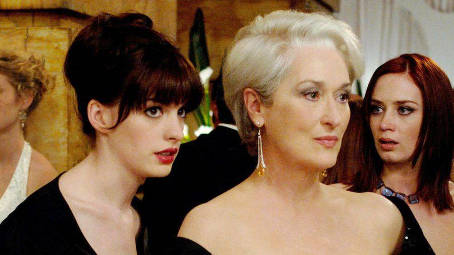 """Anne Hathaway (l.) und Meryl Streep in """"Der Teufel trägt Prada"""". (cos/spot)"""