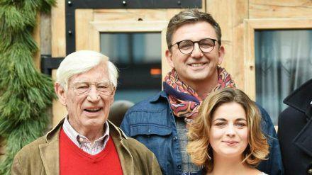 """Die Schauspieler Siegfried Rauch (l.), Hans Sigl und Ronja Forcher bei einem Fototermin im Jahr 2017 anlässlich der 100. Folge von """"Der Bergdoktor"""". (ili/spot)"""