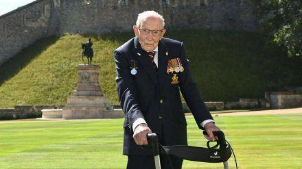 Captain Tom Moore wurde 2020 von der Queen persönlich zum Ritter geschlagen (stk/spot)