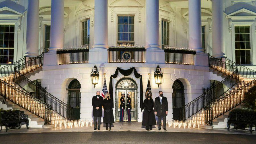 US-Präsident Joe Biden (l.), First Lady Jill Biden, Vizepräsidentin Kamala Harris und ihr Ehemann Douglas Emhoff gedenken der Corona-Opfer. (ili/spot)
