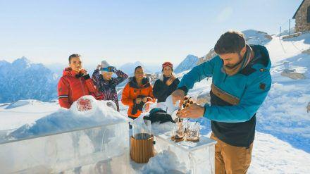Jacqueline B., Esther, Karina, Michèle und Niko bei ihrem Date auf der Zugspitze (mia/spot)