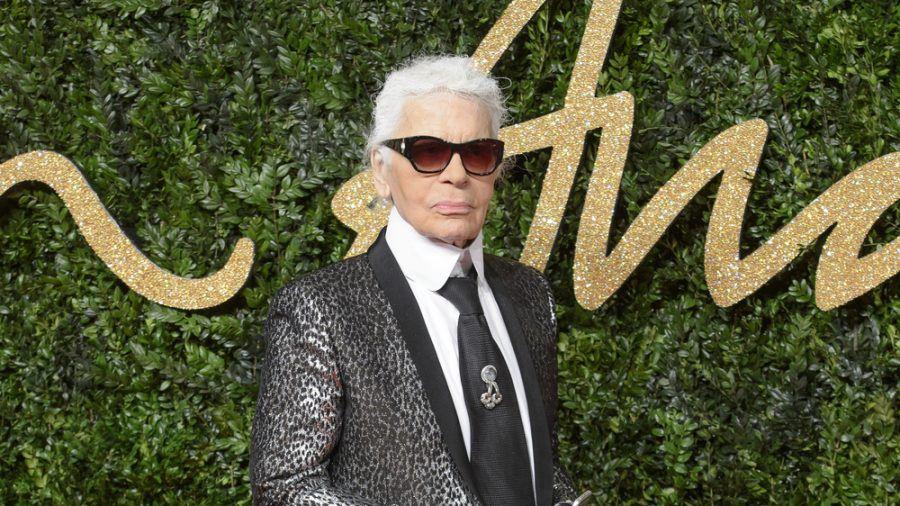 Zopf und Sonnenbrille: Für diesen Look war Karl Lagerfeld bekannt. (ncz/spot)