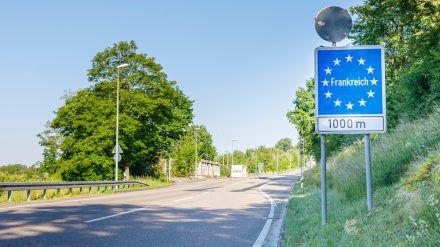An der Grenze zu Frankreich muss mit verschärften Kontrollen gerechnet werden. (dr/spot)