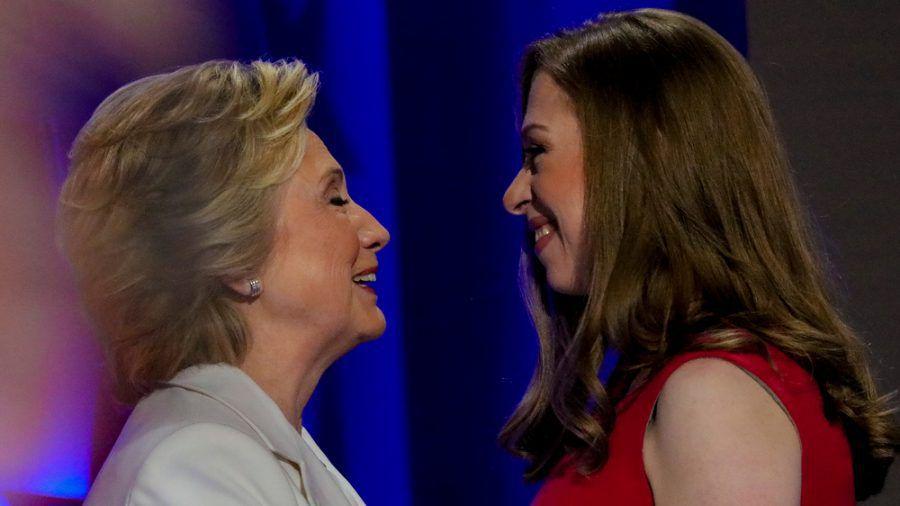 Hillary Clinton und ihre Tochter Chelsea bei einer Wahlveranstaltung 2016 (rto/spot)