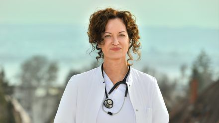 """""""Die Welt steht still"""": Natalia Wörner als Konstanzer Intensivmedizinerin Dr. Carolin Mellau. (dr/spot)"""