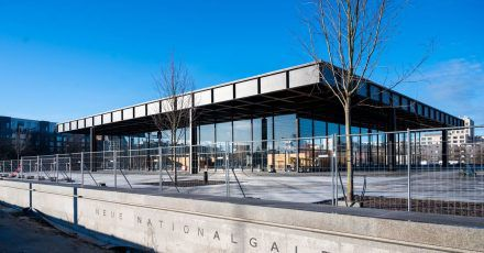 Blick auf die sanierte Neue Nationalgalerie in Berlin.