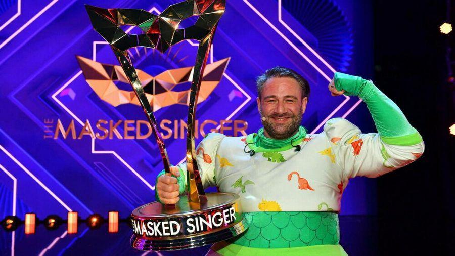 """Der vierte """"The Masked Singer"""" heißt Sasha. Er steckte unter dem Dino-Kostüm. (ili/spot)"""