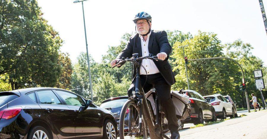 Mit elektrischem Rückenwind: Besser nur mit Helm und nach ausführlicher Einweisung mit dem E-Bike durchstarten.
