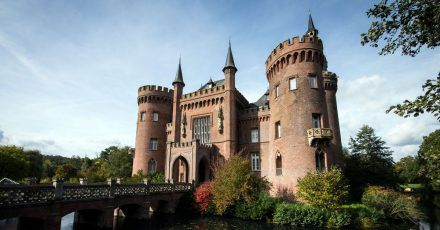 Schloss Moyland am Niederrhein verfügt über eine einzigartige Sammlung anWerken des Künstlers JosephBeuys - es liegt entlang der neuenRadroute «Beuys & Bike».