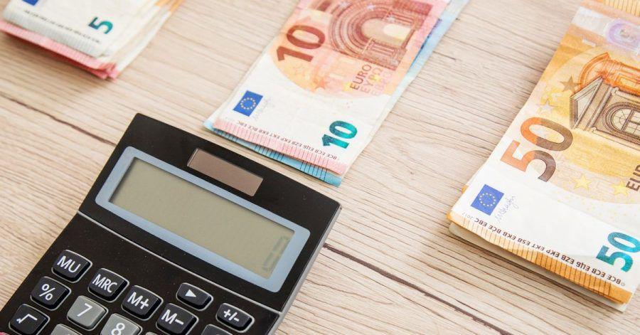Einen Vertrag zur Finanzierung sollte man nicht voreilig unterschreiben. Mitunter bietet die Hausbank bessere Konditionen als der Verkäufer.