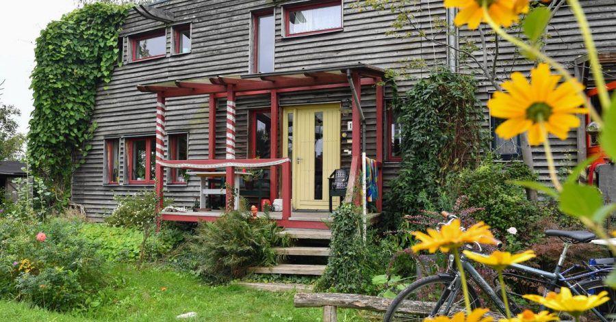 Die Gebäudehülle spielt eine wichtige Rolle bei der Klimabilanz eines Hauses - die Fassade kann man ökologisch etwa mit Holz dämmen.