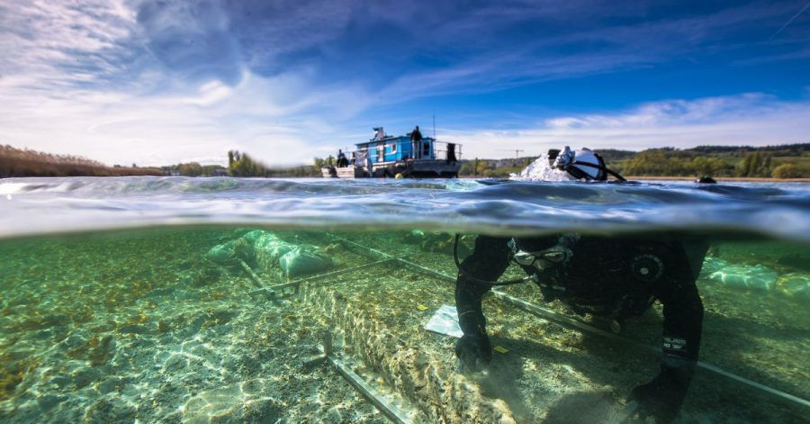 Ein Taucher arbeitet an einem Fund eines rund 4000 Jahre alten Einbaums im Bodensee.