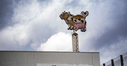 Im Hauptwerk des Fleischkonzerns Tönnis soll ein Mitarbeiter einen Kollegen tödlich verletzt haben.