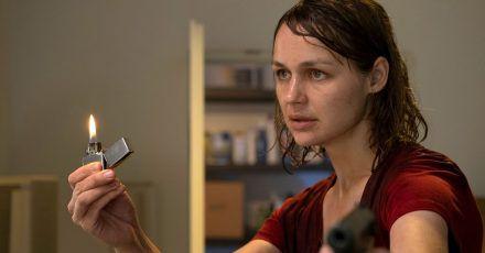 """Hat nichts mehr zu verlieren: Sabine Brenner (Luise Heyer) in einer Szene aus """"Polizeiruf 110""""."""