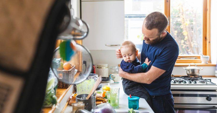 Kind, Küche, Haushalt: In einer gleichberechtigten Elternschaft haben Männer diese Aufgaben genauso im Blick wie Frauen.