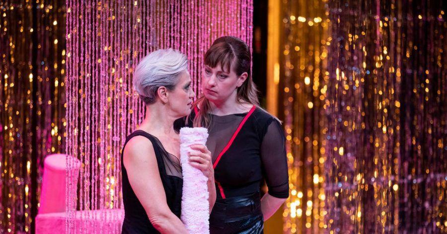 Die Schauspielerinnen Adeline Schebesch (l) und Lisa Mies stehen im Stück «Sex Arbeit»: Nun kommen in einer Podcast-Reihe des Staatstheaters Nürnberg Sexarbeitende selbst zu Wort.