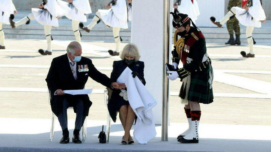 Prinz Charles hilft Herzogin Camilla mit einer Decke. (wue/spot)