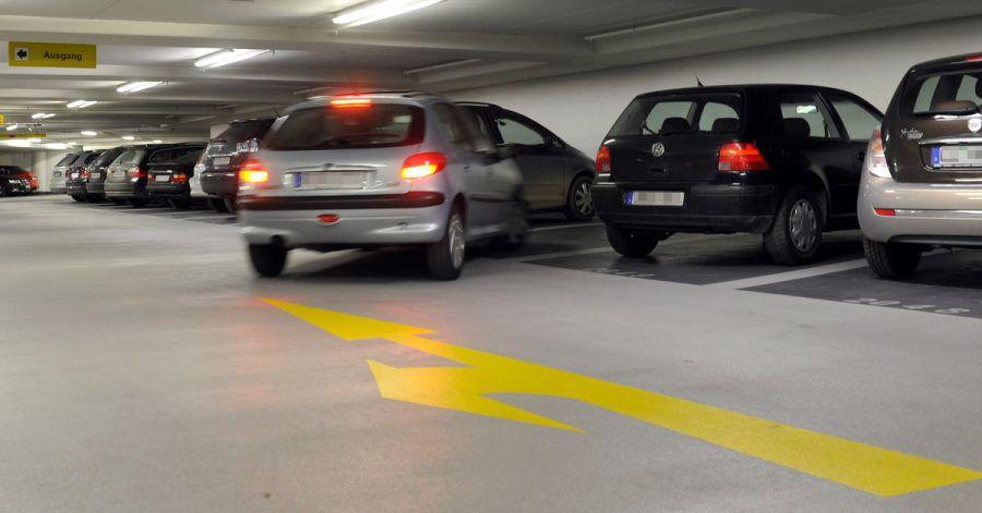Wer im Parkhaus parkt, sollte die dort angebrachten Schilder beachten. Kommt es zu einem Unfall, können sich die Verkehrszeichen auf die Haftungsfrage auswirken.