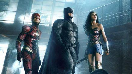 "Drei der sechs Mitglieder der ""Justice League"": The Flash (Ezra Miller, li.), Batman (Ben Affleck) und Wonder Woman (Gal Gadot). (stk/spot)"