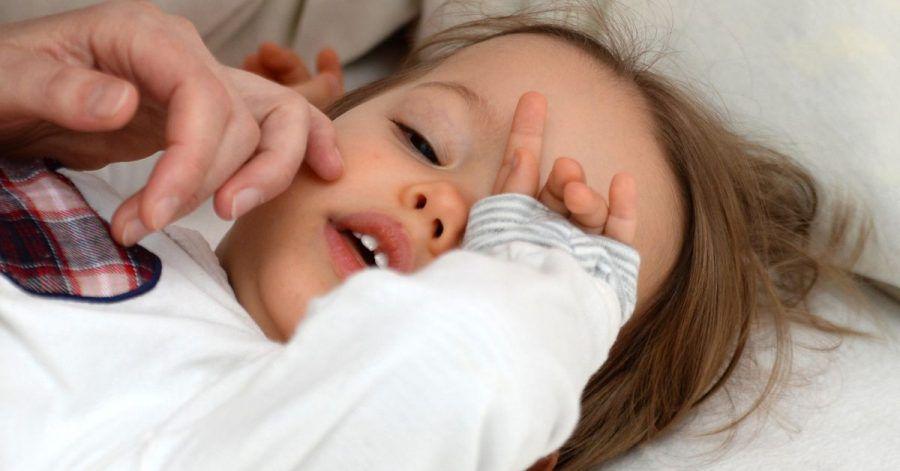 Eltern sollten bei einem Fieberkrampf ihres Kindes besonnen reagieren - und trotzdem den Notruf wählen.
