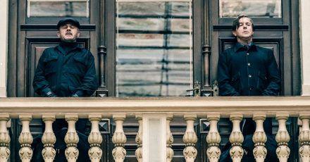 Der Kunstdetektiv von Allmen (Heino Ferch, r.) und sein Butler Carlos (Samuel Finzi).
