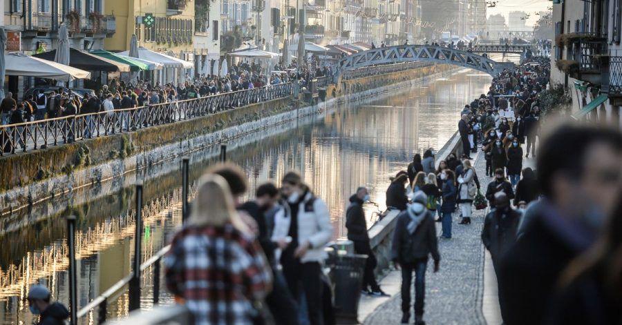 Menschen in Mailand:Von Montag an gilt für Millionen Menschen in Italien wieder ein strikter Lockdown.