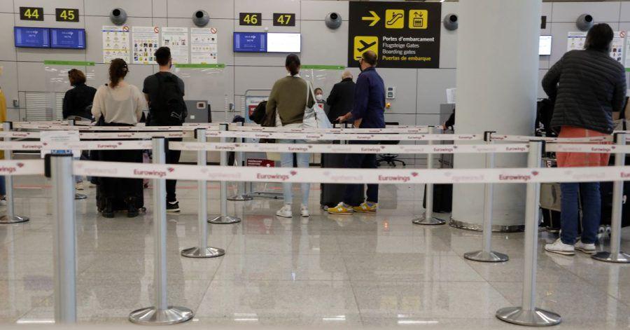 Urlauber am Check-in-Schalter auf dem Flughafen von Palma:Wer derzeit nach Mallorca fliegt, muss vor der Rückkehr nachDeutschland einen Coronatest machen.