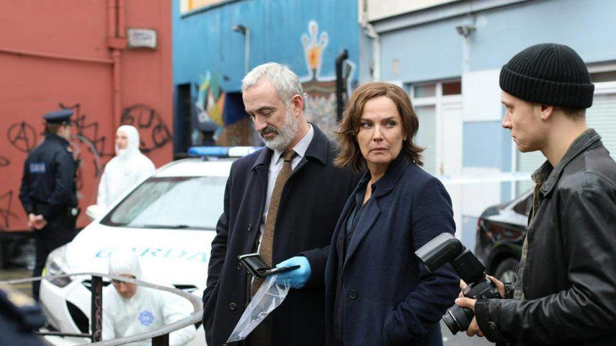 """""""Der Irland-Krimi: Das Verschwinden"""": Die Psychologin Cathrin Blake (Désirée Nosbusch) unterstützt Superintendent Kelly (Declan Conlon) bei den Ermittlungen. (cg/spot)"""