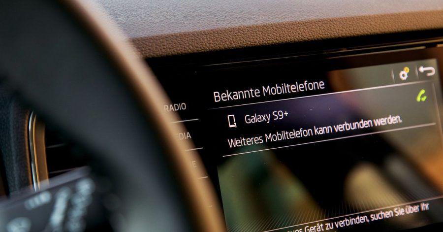 Zum Themendienst-Bericht vom 30. März 2021: Musik, Anrufe, Kartendienste - das alles haben Smartphone-Nutzer in der Tasche. Und sie wollen das auch im Auto nutzen.
