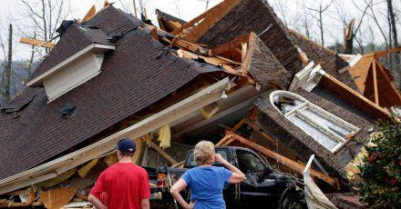 Anwohner begutachten die Schäden an ihren Häusern, nachdem ein Tornado südlich von Birmingham mehrere Häuser beschädigt hat.
