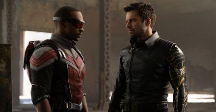 """Falcon/Sam Wilson (l, Anthony Mackie) und Winter Soldier/Bucky Barnes (Sebastian Stan) in einer Szene aus """"The Falcon And The Winter Soldier""""."""