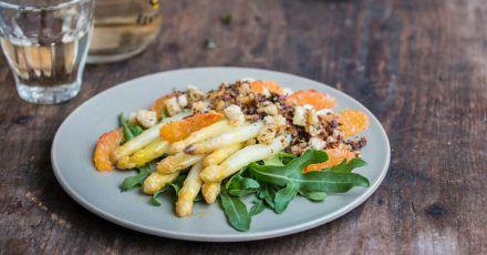 Ein ungewöhnliches Geschmackserlebnis verspricht der Spargelsalat mit Blutorange. Brösel aus Weißbrot, Oliven, Thymian und Zitronenabrieb sorgen für eine fruchtig-würzige Variante.