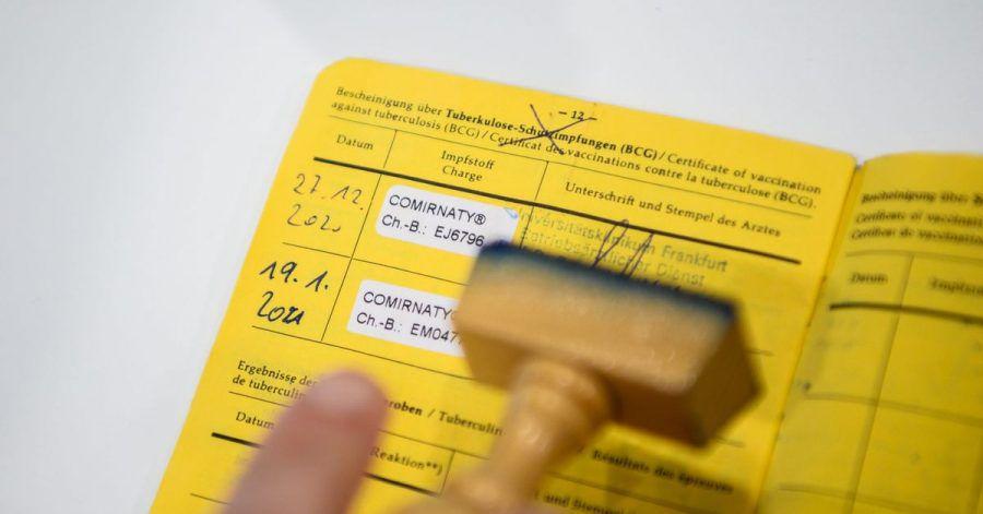 Bisher gibt es nur die gelben Impfpässe aus Papier. Ein digitaler EU-Impfpass könnte schon im Sommer das Reisen erleichtern.