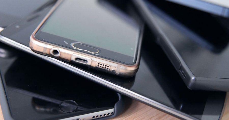 Viele Deutsche heben ihre alten Handys auf - dabei können sie recht einfach, sicher und richtig entsorgt werden.