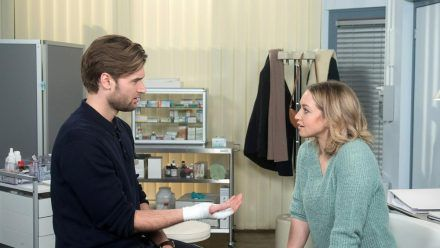 """Unter uns"": Sara kümmert sich nett um Simon, als der sich verletzt hat. (cg/spot)"