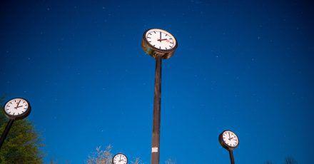 Am frühen Sonntagmorgen wird der Zeiger um 2.00 Uhr auf 3.00 Uhr gerückt.
