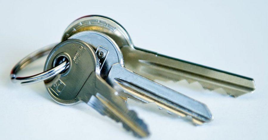 Zieht ein Mieter aus aus, muss er dem Vermieter alle vorhandenen Schlüssel zurückgeben.