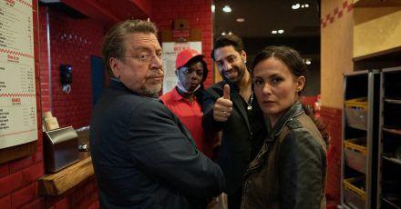 Erichsen (Armin Rohde, l) und Tülay Yildirim (Idil Üner, r.) im  Burger-Restaurant