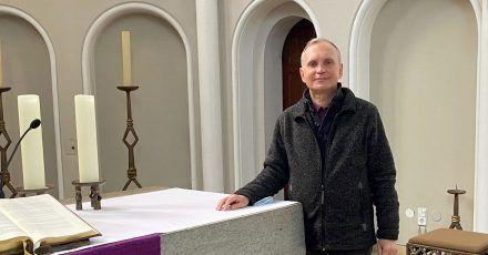 Pfarrer Burkhard Bornemann in seiner Zwölf-Apostel-Kirche.