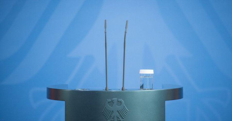 Das leere Rednerpult von Bundeskanzlerin Merkel vor Beginn ihres Statements nach der Videokonferenz mit den Ministerpräsidenten der Bundesländer.