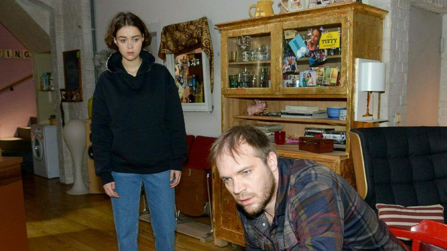 """""""GZSZ"""": Merle ist erschüttert, als sie Erik in einem völlig desolaten Zustand vorfindet (cg/spot)"""